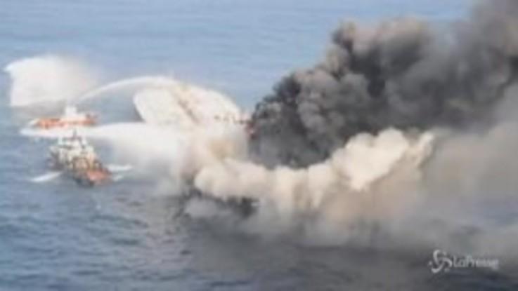 Sri Lanka, la petroliera continua a bruciare