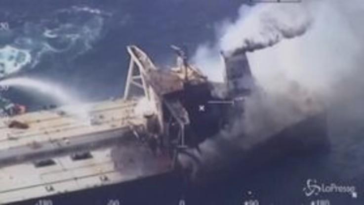Sri Lanka, sotto controllo l'incendio sulla petroliera