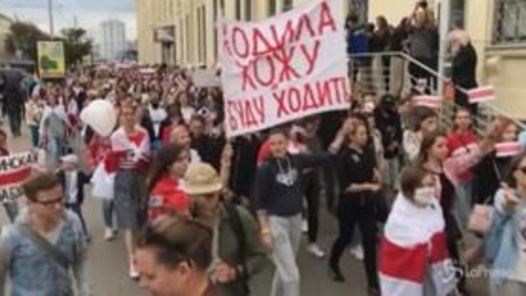 Bielorussia, donne in piazza contro Lukashenko
