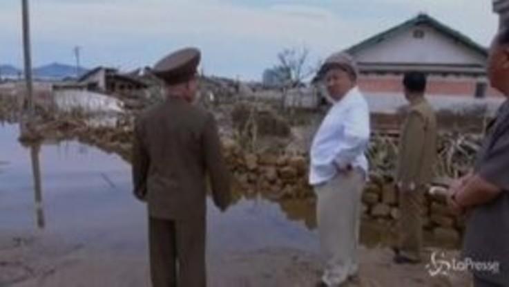 Corea del Nord, Kim Jong Un visita le zone colpite dal tifone Maysak