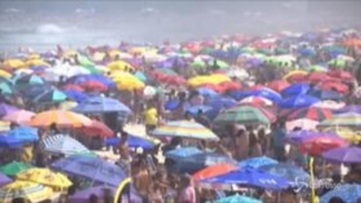 Brasile, spiagge e bar affollati mentre salgono i contagi