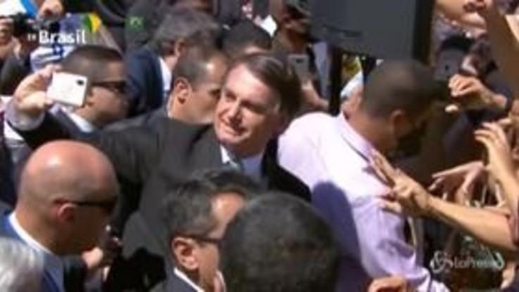 Bolsonaro, selfie e strette di mano senza mascherina alla festa dell'indipendenza