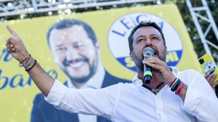 Firenze, Salvini aggredito: strappati camicia e rosario
