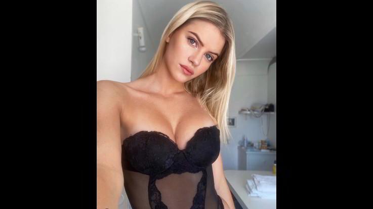 sexy-instagram, Sara Croce si fa un selfie in guepiere. Emozioni proibite