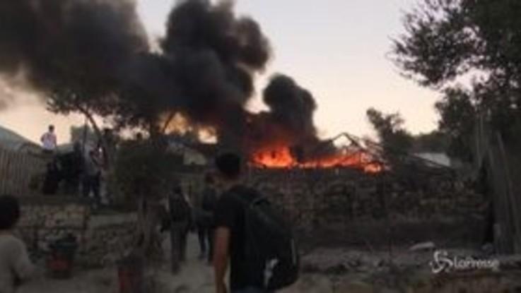Migranti, nuovo incendio devasta campo di Moria: residenti bloccano la strada