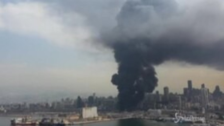 Beirut, incendio nella zona del porto: le immagini aeree del rogo
