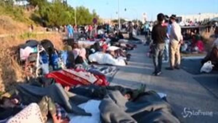 Lesbo, terza notte all'addiaccio per migliaia di migranti dopo incendi