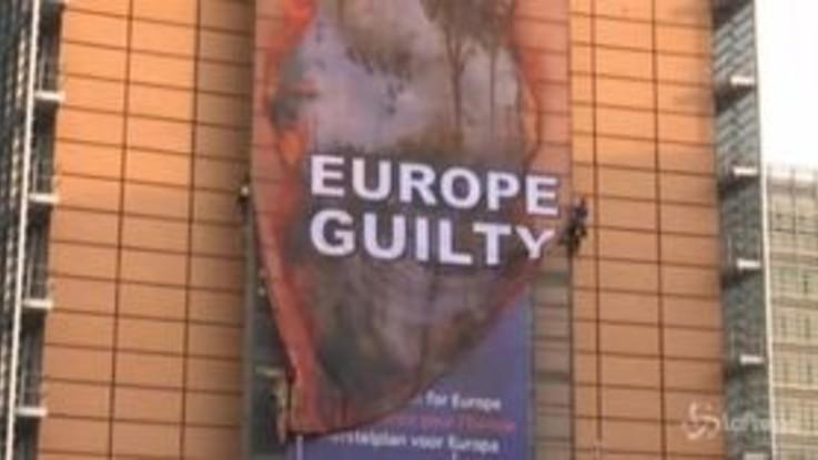 Bruxelles: blitz di Greenpeace sul palazzo della Commissione Europea