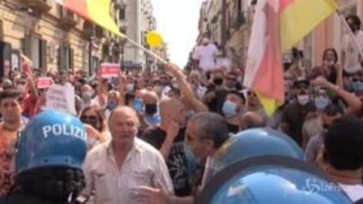 """Napoli, Salvini contestato a Torre del Greco: """"È un fomentatore d'odio"""""""