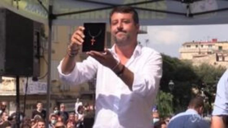 """Salvini a Torre del Greco riceve crocifisso da fan: """"Chi fischia è incivile"""""""
