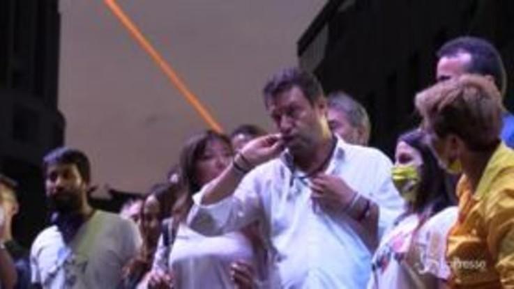 Napoli, Salvini bacia il rosario dopo il comizio in piazza Matteotti