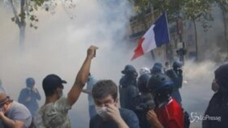 Gilet Gialli, scontri a Parigi