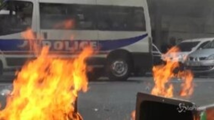 Gilet gialli, scontri a Parigi: polizia usa i lacrimogeni