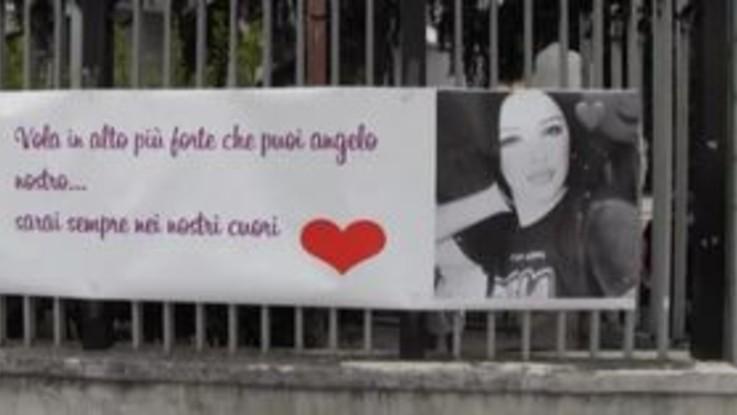"""Funerali Maria Paola, lo striscione di Ciro: """"Ovunque sarai il mio cuore sarà con te"""""""