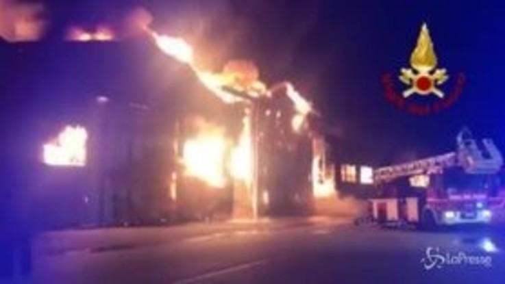 Ancona, vasto incendio al porto: no vittime