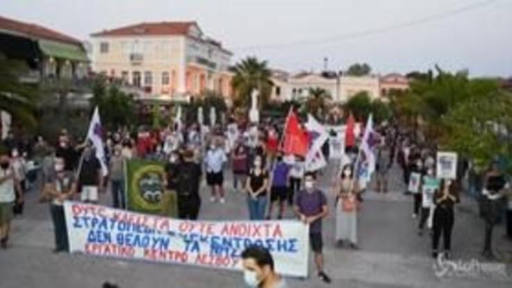 Lesbo, proteste per chiedere ricollocazione dei migranti: polizia pronta a uso della forza