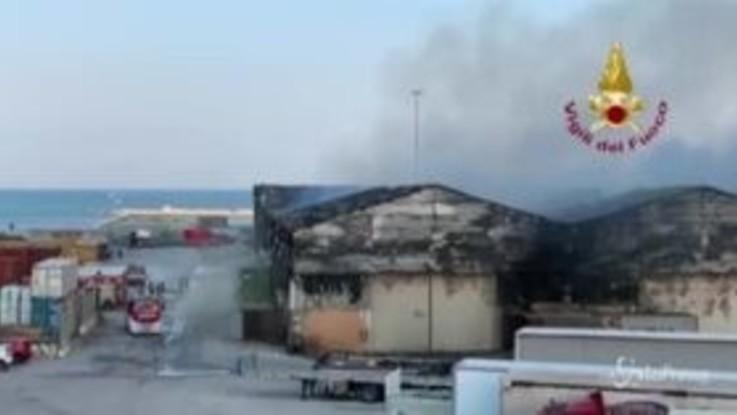 Incendio nel porto di Ancona, vigili del fuoco ancora al lavoro