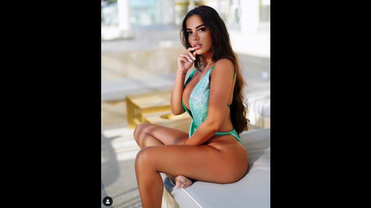 sexy-instagram, Floriana Messina, insieme al campionato torna la bomba sexy dei tifo napoletano