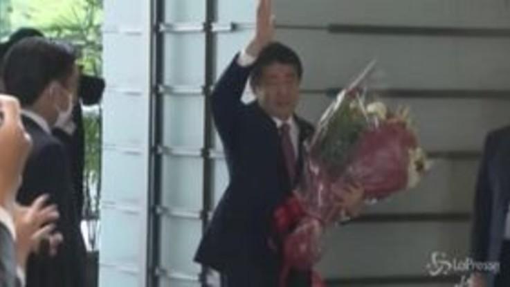 Giappone, Shinzo Abe lascia la carica: applausi e fiori