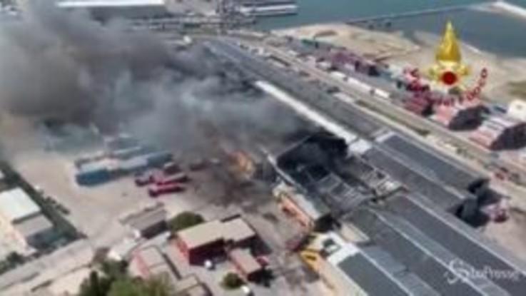 Ancona, incendio non ancora domato: le immagini dall'elicottero