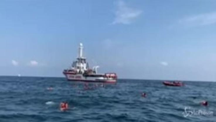 """Palermo, Open Arms: """"76 persone si sono gettate in acqua"""""""