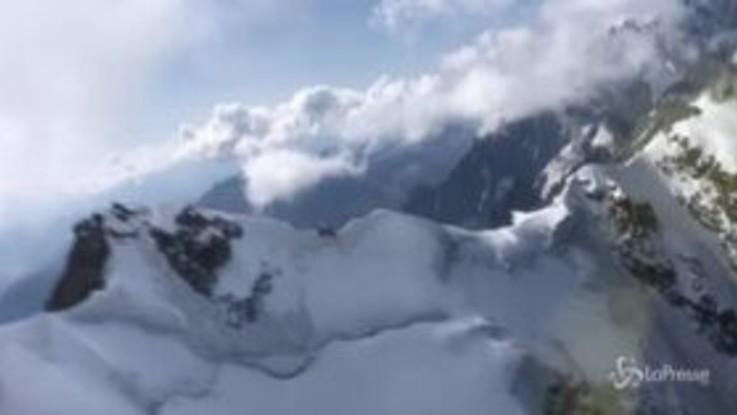Due alpinisti francesi bloccati sul Monte Bianco: le immagini aeree del salvataggio