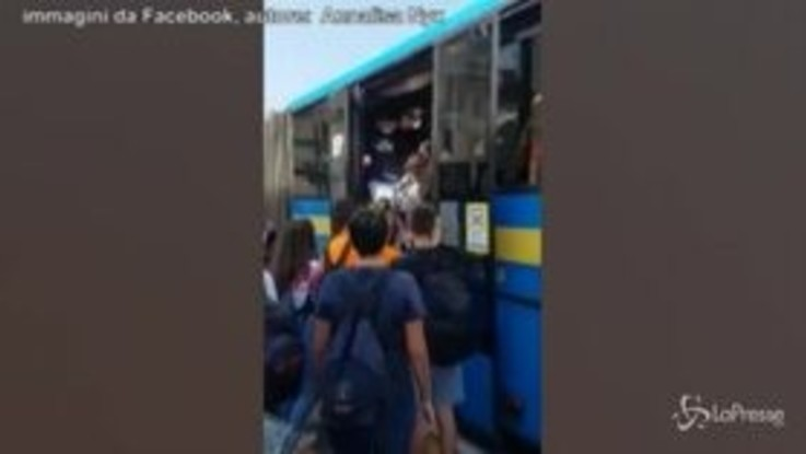 Folla di studenti su scuolabus, poche mascherine e nessun distanziamento: il video è virale