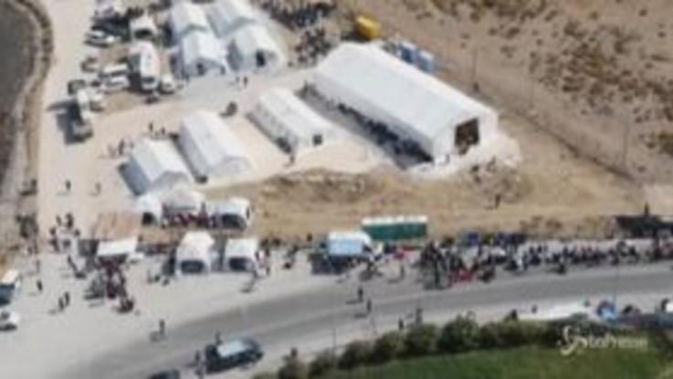 Lesbo, i migranti in coda per entrare nel nuovo campo: le immagini aeree