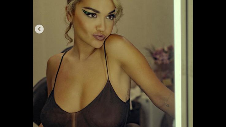 Rita Ora trasparente, mostra il décolleté e annuncia novità imminenti