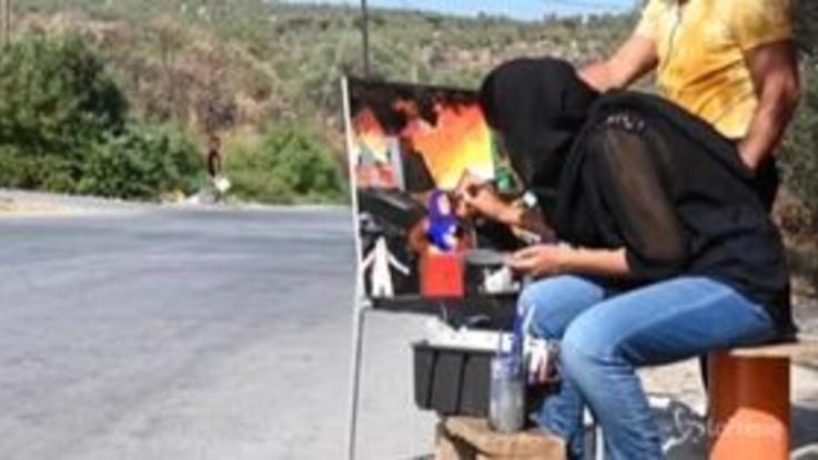 Moria, l'incendio del centro di accoglienza rivive nei dipinti di una migrante afgana