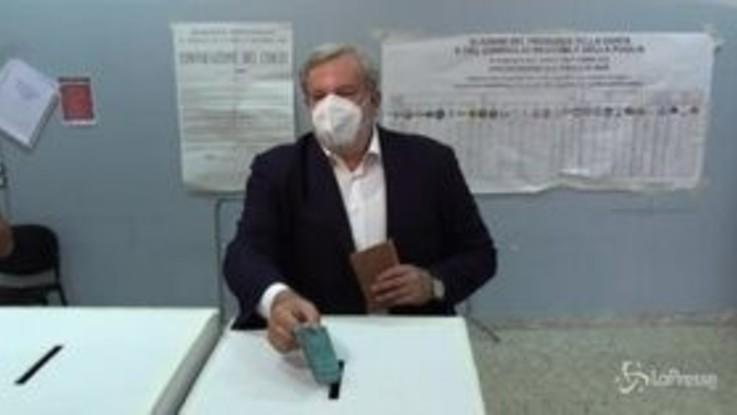 Regionali, Bari: il governatore Emiliano al seggio elettorale