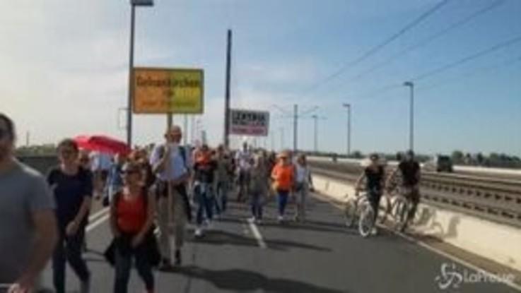 Dusseldorf: nuove proteste contro restrizioni, in centinaia senza mascherine