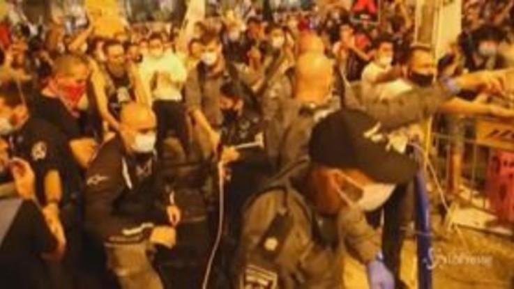 Israele: centinaia in piazza contro Netanyahu, tensioni con la polizia