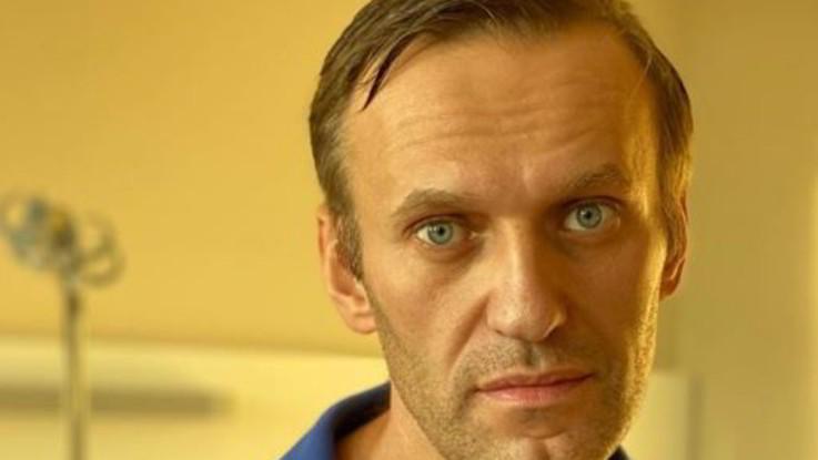 """Navalny dimesso dall'ospedale, prende in giro Putin: """"Avvelenato da solo? Buona teoria"""""""