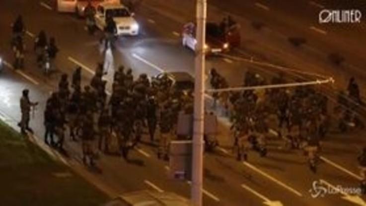 Bielorussia: auto forza posto di blocco, decine di agenti la circondano e la colpiscono