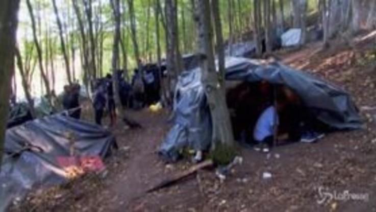 Bosnia, oltre duemila migranti accampati al confine con la Croazia