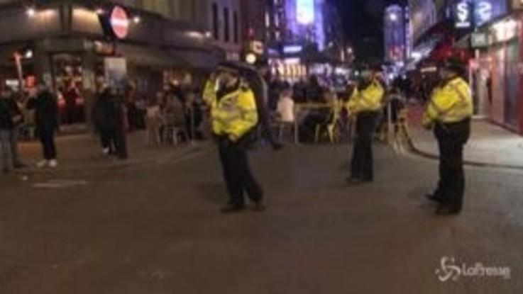 Covid-19, a Londra i pub chiudono presto: la polizia controlla