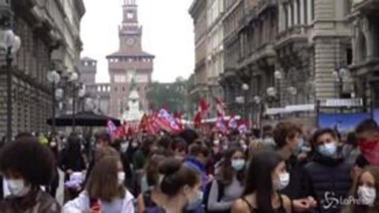 """Milano, gli studenti inscenano i funerali della scuola pubblica: """"L'istruzione diventi priorità del governo"""""""
