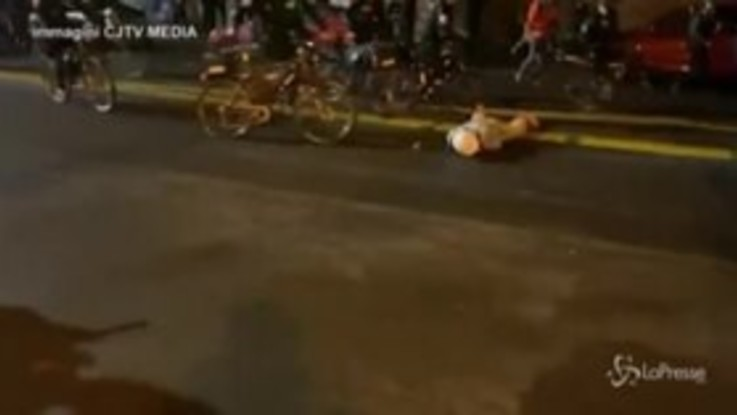 Usa, agente in bicicletta sulla testa di un manifestante a Seattle: le immagini shock