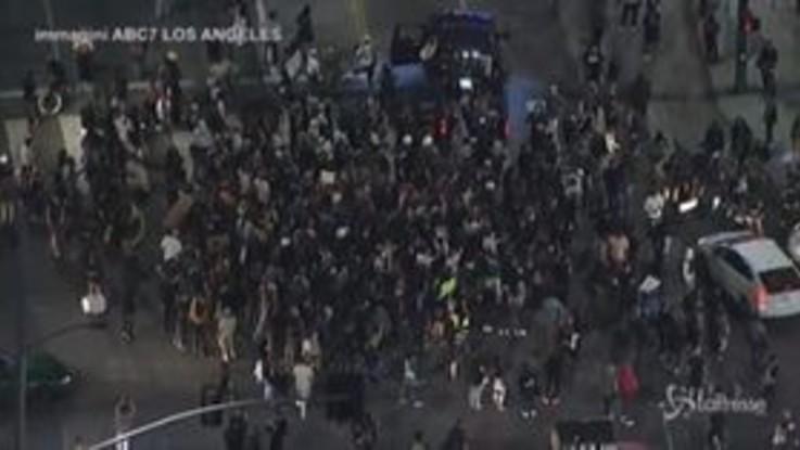 Usa, auto contro manifestanti a Los Angeles: la folla circonda la macchina e la colpisce