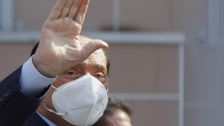 Lo staff di Berlusconi chiarisce: lavora da casa, mai chiesto nuovo ricovero