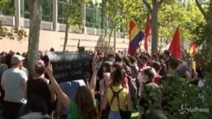 Madrid, proteste nella zona in lockdown: manifestanti chiedono miglior servizio sanitario
