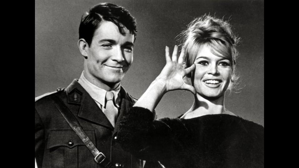 Brigitte Bardot e Jacques Charrier nel film Babette va alla guerra del 1959 ©