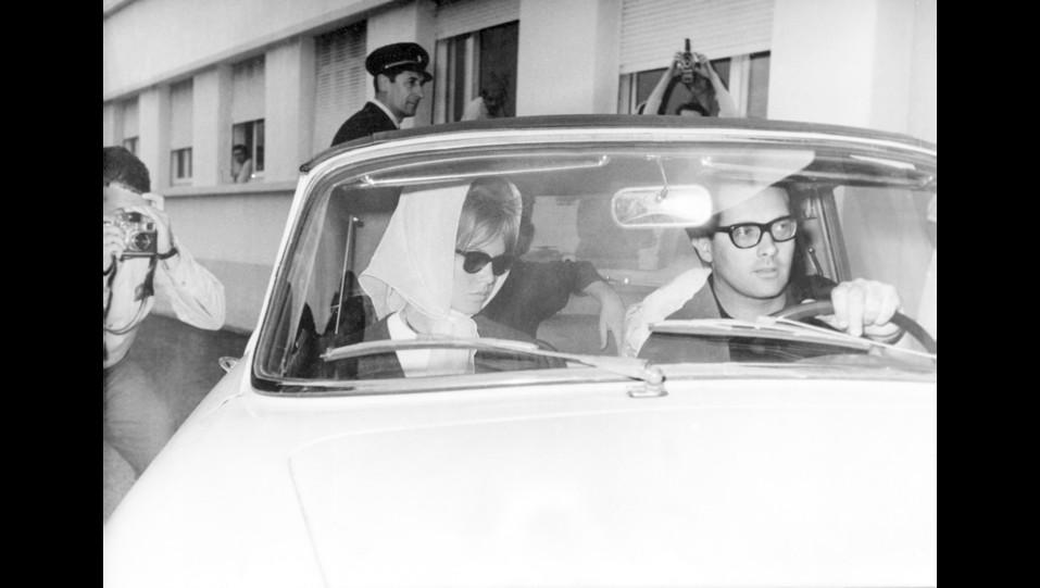1960 - l'attrice Brigitte Bardot esce dalla clinica dopo un tentativo di suicidio ©