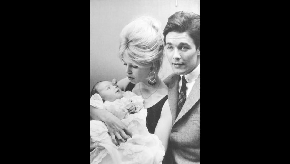 1960 - lìattrice Brigitte Bardot con il marito Jacques Charrier ed il figlio Nicolas Jacques ©