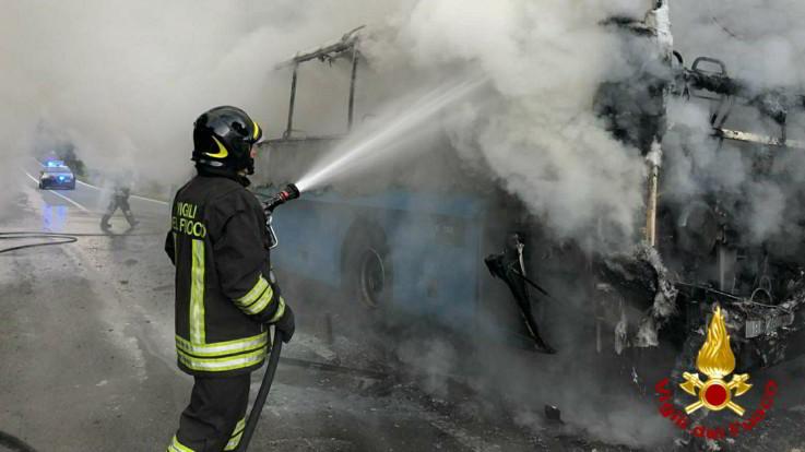 Bus carico di studenti prende fuoco alle porte di Ivrea: nessun ferito
