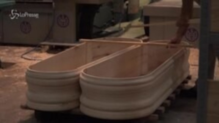 Covid: la Spagna si prepara a nuove morti, aumenta la produzione di bare