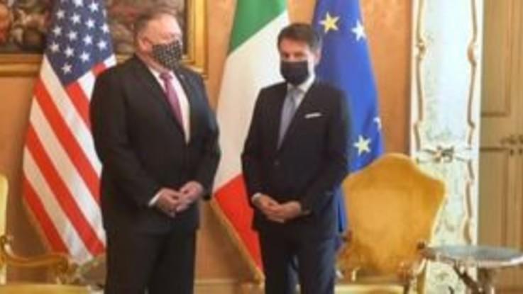 Mike Pompeo incontra il presidente Conte: stretta di mano e foto di rito a Palazzo Chigi