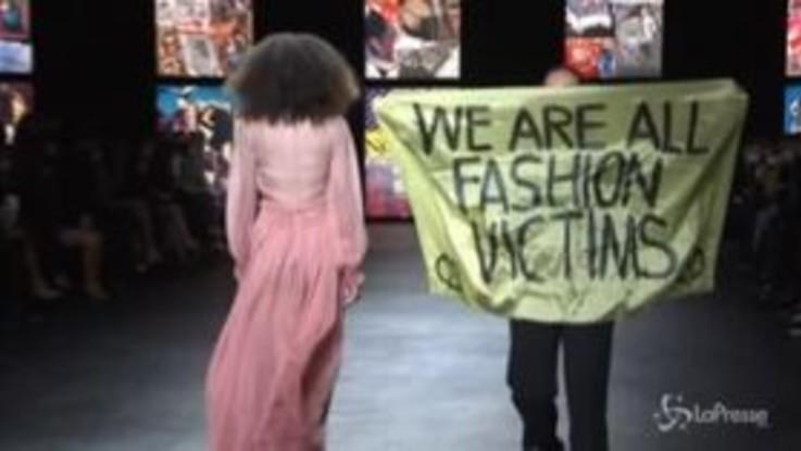 Parigi, sfilata Dior: si infiltra in passerella una manifestante di Extinction rebellion