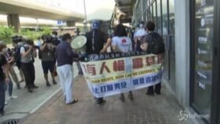 Hong Kong, protesta pro-democrazia fuori dagli uffici governativi